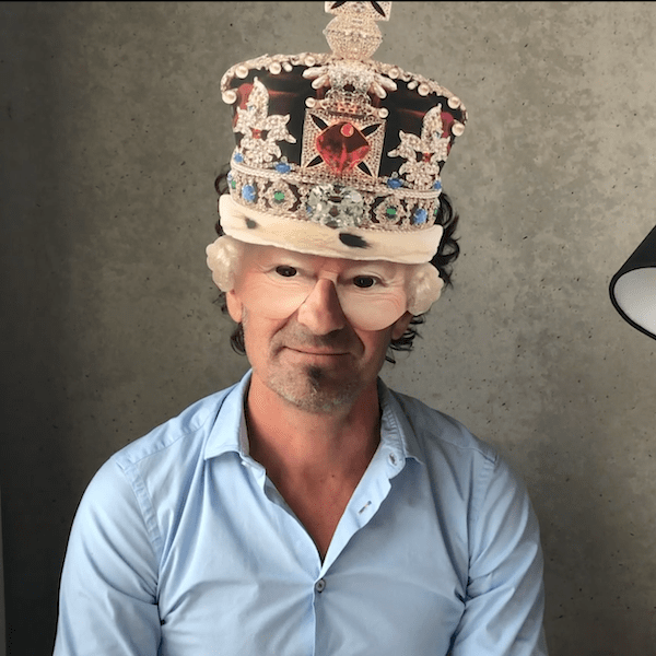 Pierre Mastalski avec le masque de la reine d'angleterre